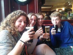 Jonge Remonstranten in Londense pub