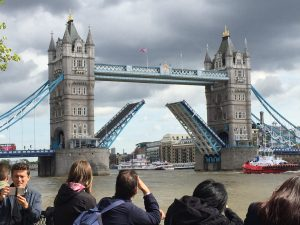Jonge Remonstranten bij Tower Bridge