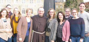 groepsfoto van jonge remonstranten in het klooster